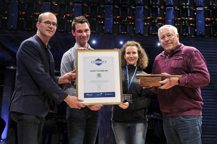 CWE-Chef Sören Uhle (44, l.) überreicht die Urkunde und den Preis für das kommunikativste Unternehmen, die AMS GmbH. Die Gewinner, Michael Scheffler (32) und Bernhard Sünder (65), freuen sich.