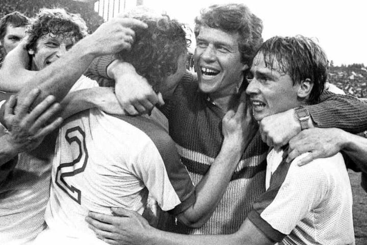 Der FC-Fan sieht es mit Grauen, der Fortune freut sich immer noch: Trainer Otto Rehhagel jubelt nach dem 2:1-Sieg im DFB-Pokal-Finale von Fortuna Düsseldorf gegen den 1. FC Koeln am 4. Juni 1980.