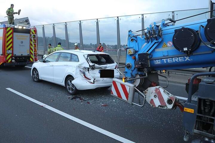 Die Unfallstelle. Der weiße Hyundai und der Kran wurden beide beschädigt.