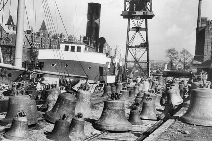 """Trauriges Bild von 1945: Im Hamburger Sandtorhafen, dem """"Glockenfriedhof"""", liegen beschlagnahmte Glocken aus ganz Deutschland am Kai."""