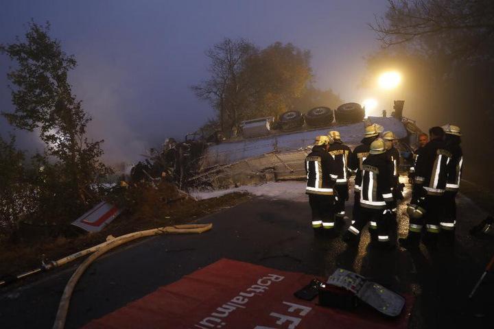 Der Fahrer verbrannte in dem sehr stark deformierten Führerhaus.