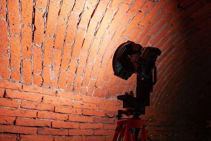 Am Fotoroboter befindet sich eine spezielle Beleuchtung. Damit können selbst bei völliger Dunkelheit hochauflösende Fotos gemacht werden.