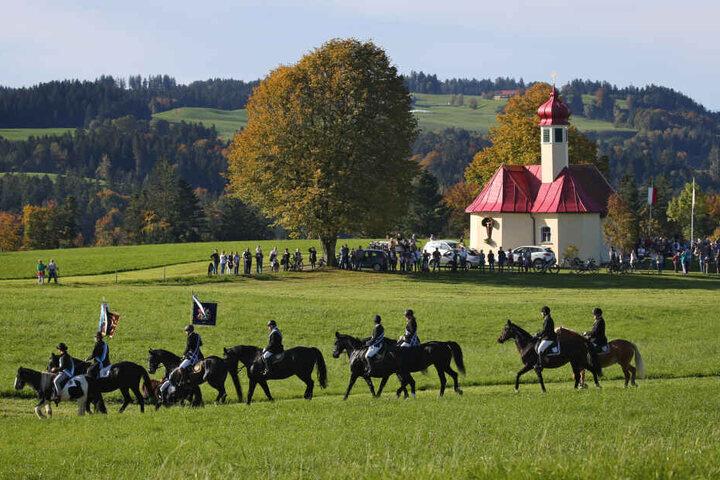 Reiter ziehen in einer Reiterprozession zur Wendelinskapelle. Die Wallfahrt findet seit 1931 zu Ehren des katholischen Heiligen Wendelin statt.