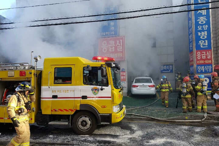 Rettungskräfte versuchten, noch verbleibende Patienten aus dem Krankenhaus zu schaffen.