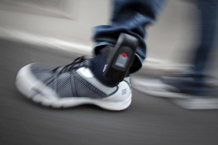 Um Gefährder rechtzeitig an Straftaten zu hindern, sollen sie mit Fußfesseln ausgestattet werden.