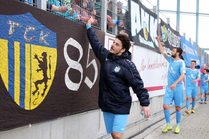 Himmelblauer Königstransfer: Philipp Hosiner klatscht mit den Fans ab.