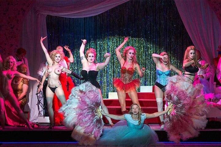 """Die sechs Burlesque-Künstlerinnen tanzen in der Oper """"Salome"""" den Schleier-Tanz."""
