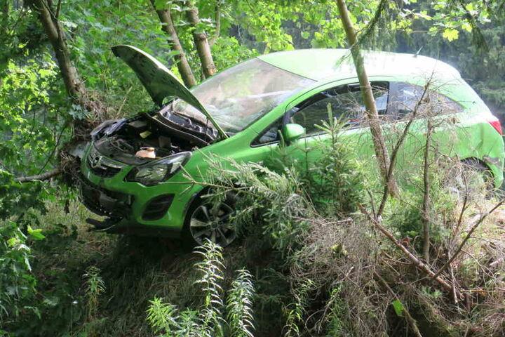 Der beteiligte Opel Corsa hängt nach dem Unfall noch gefährlich am Hang.