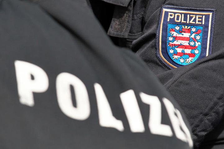 Die Polizei ist auf der Suche nach den vier Männern. (Symbolbild)