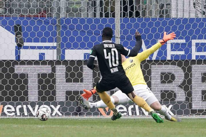 Abgezockt! Erich Berko (l.) verwandelte eine geschenkte Torchance zum 1:0 für Dynamo. SVS-Keeper Marcel Schuhen hatte keine Abwehrmöglichkeiten.