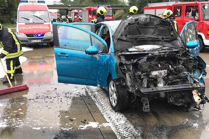 Der Kleinwagen brannte, nachdem er mit einem Sattelzug zusammenstieß.