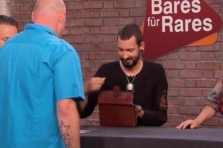 Händler Fabian Kahl kauft die Stühle deutlich unter Schätzwert.