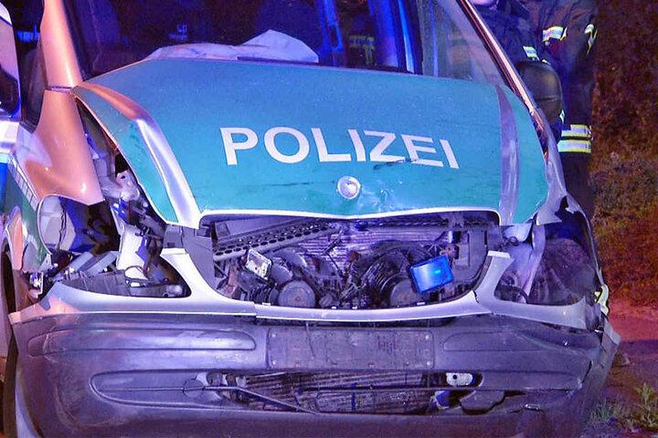 Bei dem Zusammenprall wurde die Front des Einsatzfahrzeugs schwer beschädigt.
