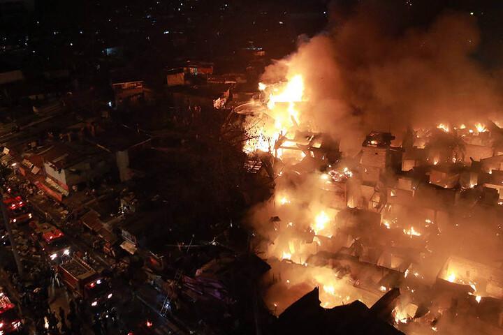 Über die Ursache des heftigen Feuers ist noch nichts bekannt.