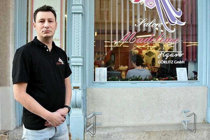 Friseur Tobias Pätzold vor seinem Laden, in dem die Diebe wüteten.