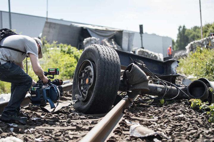 Teile des Lkws liegen auf den Schienen am Unglücksort.