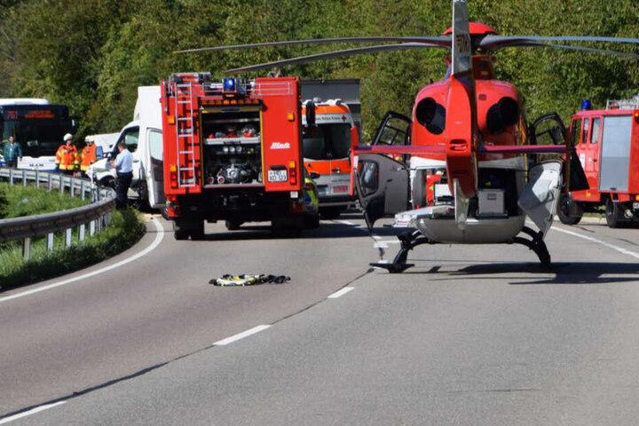Auch ein Rettungshubschrauber ist im Einsatz.