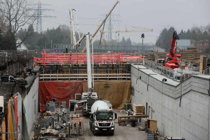 Das Betonieren der östlichen Decken-Elemente des Lärmschutz-Tunnels der Autobahn A7 in Hamburg-Schnelsen ist abgeschlossen. Nun kommt Deckel Nummer zwei und auch ein Dritter soll kommen.