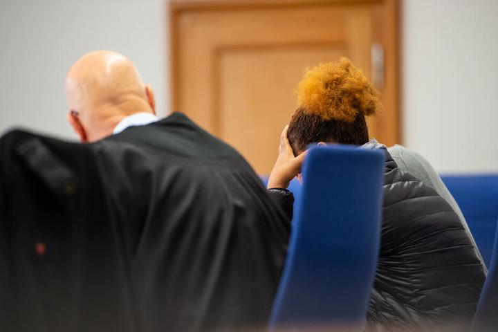 Die Angeklagte (links) sitzt vor Prozessbeginn neben ihrem Verteidiger im Landgericht.