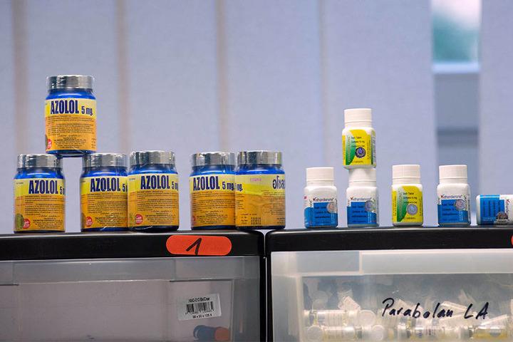 Diverse Arznei- und Dopingmittel sind bei einem Pressegespräch des Zolls ausgestellt.