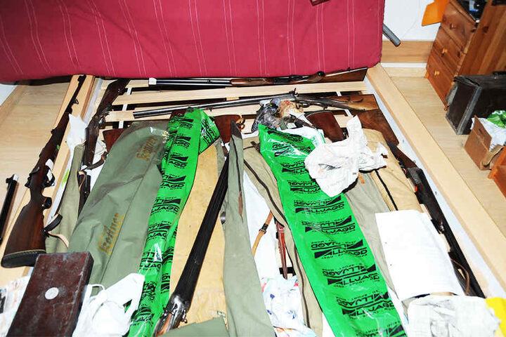 Auch unter dem Bett versteckte der Mann Munition.