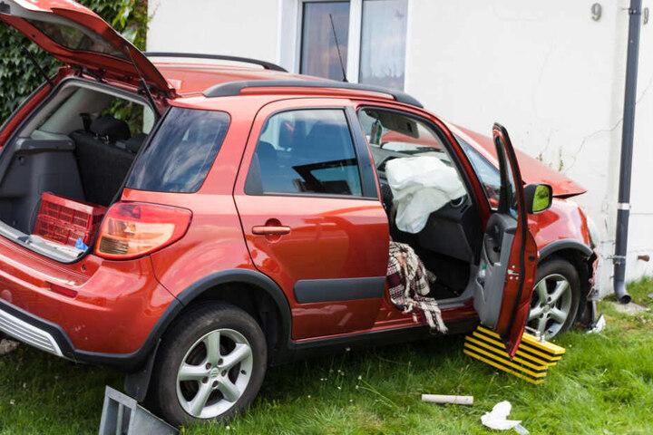 Der Suzuki war von der Straße abgekommen und gegen eine Hauswand geprallt.