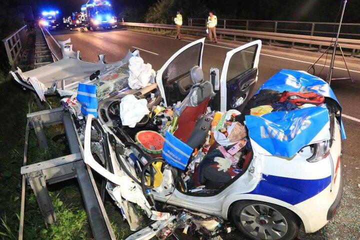 Die Frau musste aus dem zerquetschten Fahrzeug befreit werden.