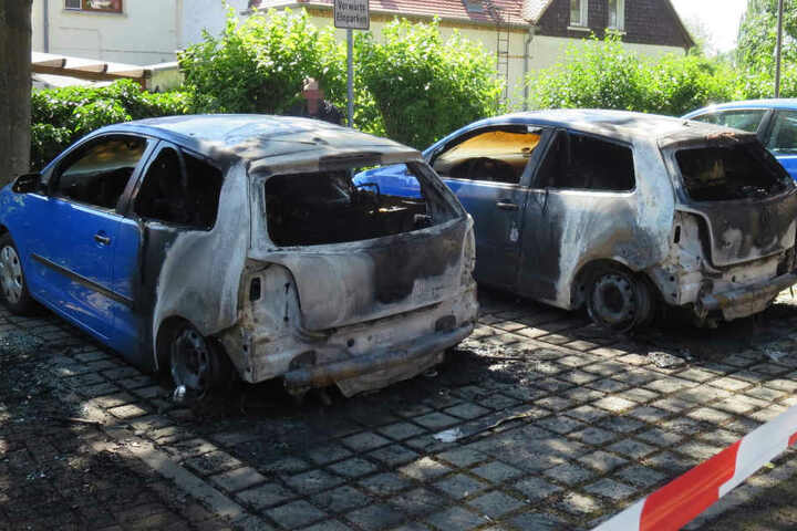 Insgesamt brannten vier Autos aus.