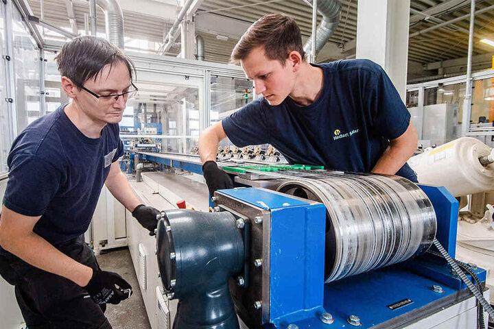 Robert Rabe (37) zusammen mit dem frisch ausgelernten Industriemechaniker Christoph Ploschke (21) bei der Arbeit im Betrieb von Heckert Solar.