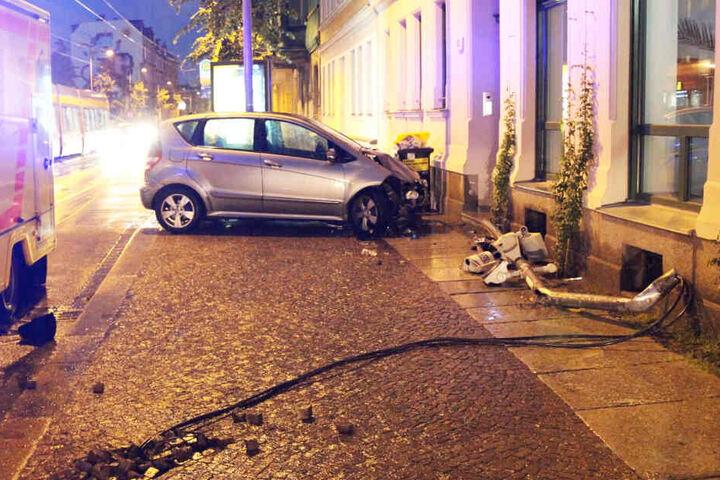 An der Ecke Lützner Straße/Henriettenstraße krachte der Mercedes-Fahrer gegen einen Ampelmast.