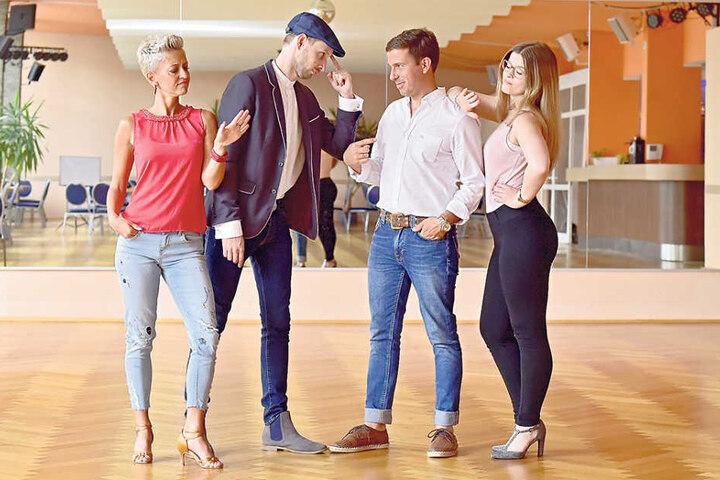 Auf dem Tanzparkett sind sie keine Freunde: Martin Schmitt (30) mit  Tanzpartner Sindy Hohmann (36) und Henrik Bonesky (38) mit Partnerin Florence  Haubensack (23).