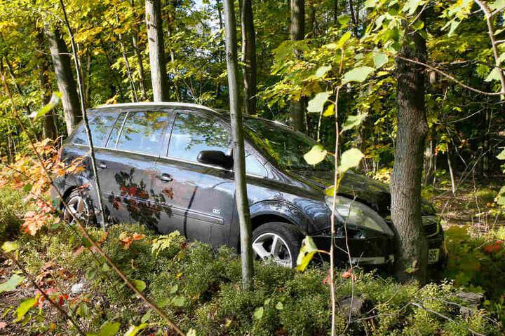 Das Auto knallte gegen einen Baum.