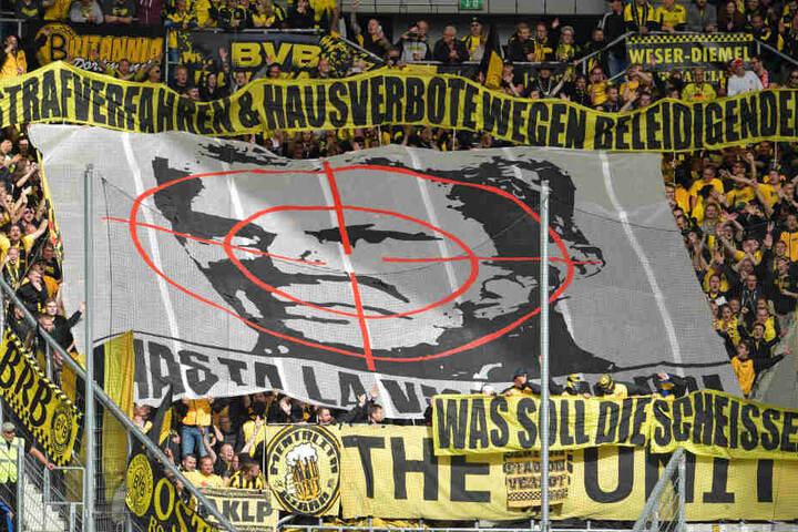 Diese Plakate präsentierten die Dortmund-Fans beim Auswärtsspiel in Hoffenheim.