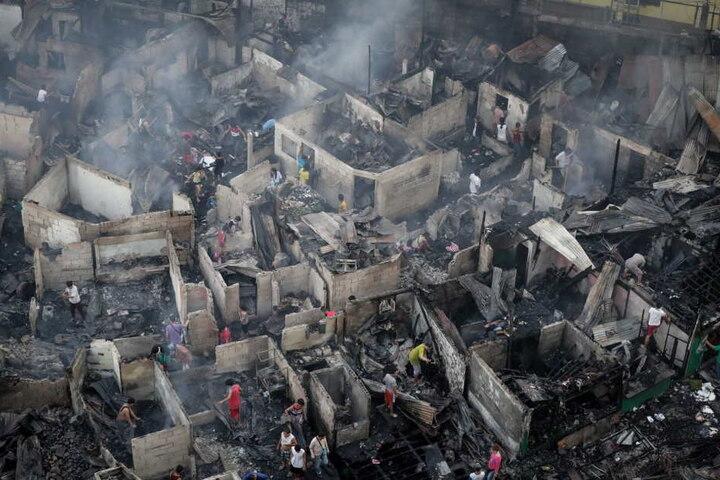 Das Feuer im armen Vorort der Hauptstadt Manila breitete sich schnell aus und zerstörte Dutzende Häuser.