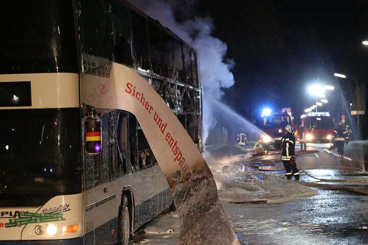 An dem Doppeldeckerbus entstand Totalschaden.