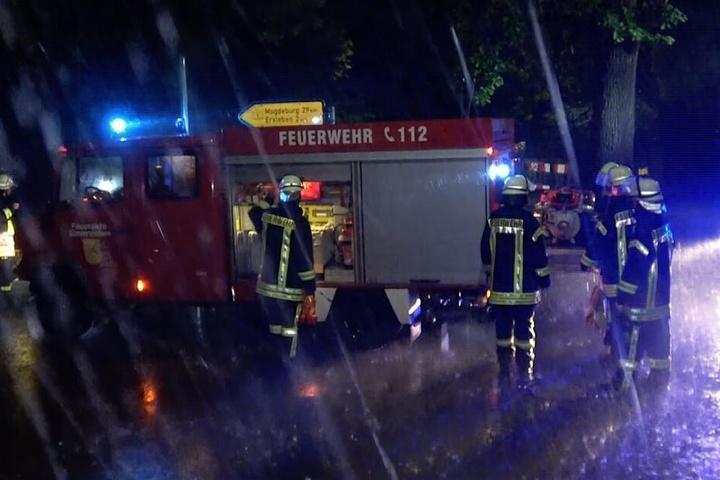 Kameraden der Feuerwehr bei der Brandbekämpfung in Eimersleben.