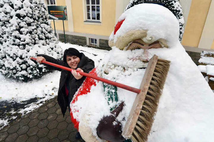 Diana Balasov befreit in Lauscha einen Weihnachtsmann von der Schneehaube.