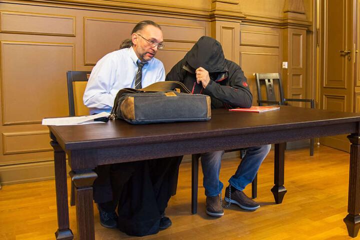 Chris L. (48) neben seinem Anwalt: Der 48-Jährige soll versucht haben brutal eine Frau zu vergewaltigen.