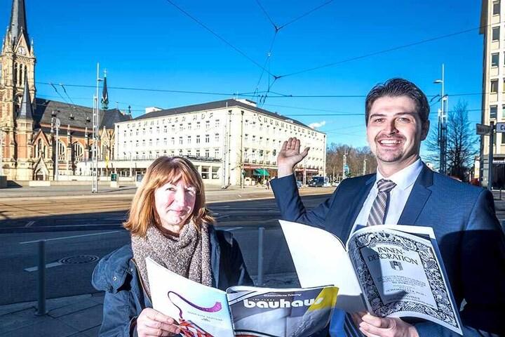 Gästeführerin Grit Linke (58) und Hoteldirektor Dustin Meyer (32) begutachten die Bauhaus-Fassade des Hotels Chemnitzer Hof.