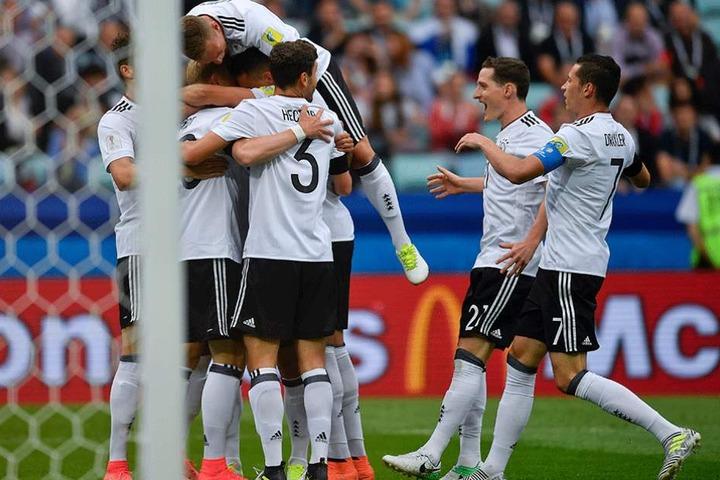 Die deutschen Spieler feiern das Tor zum 0:1.