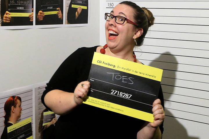 Kuratorin Laura Hall (32) lässt sich schon mal als Verdächtige  fotografieren.