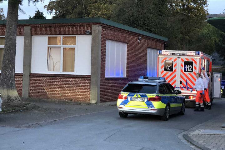 Ein Rettungswagen fuhr den schwerverletzten Mann in ein Krankenhaus.