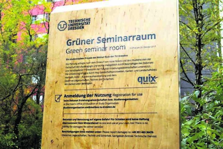 Diese Tafel verweist auf den neuen Oben-ohne-Lehrsaal der TU.