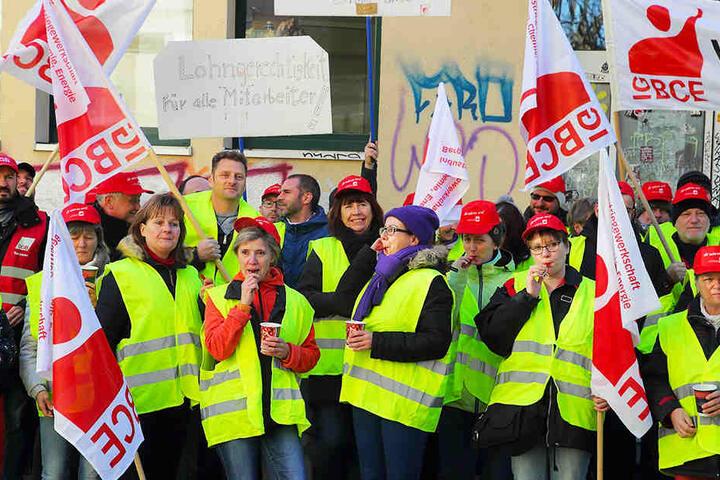 """Bei der Dental Kosmetik (""""Putzi, """"Elkadent"""") in Dresden gab es gestern eine """"aktive Mittagspause"""" für mehr Lohn."""