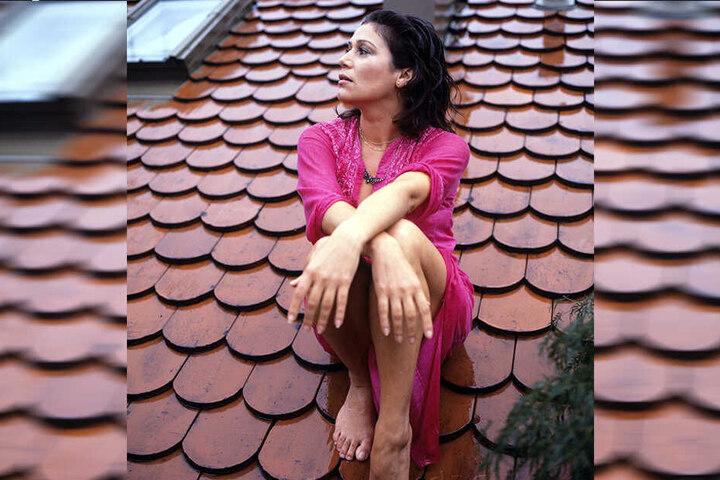 Hannelore Elsner sitzt im August 1977 auf dem Dach ihrer Wohnung in München.