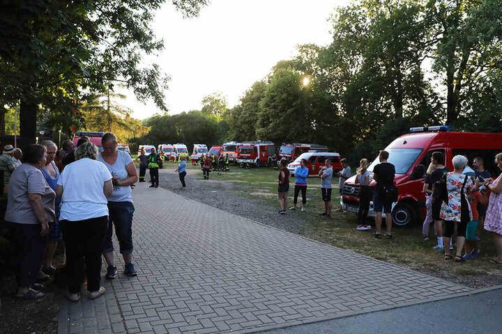 Nachdem Brand mussten sich die Einwohner beim Sportplatz sammeln.