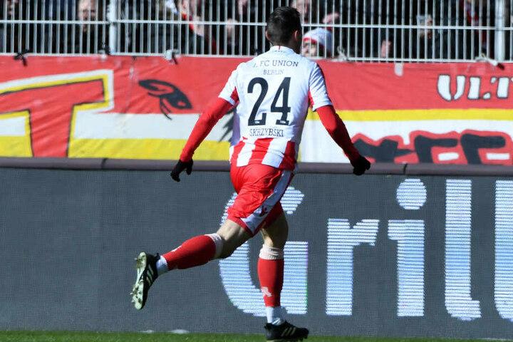 Steven Skrzybski jubelt nach seinem Treffer gegen Sandhausen.