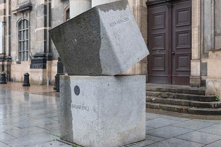 """Dresden, Kreuzkirche: Verbunden. Kreuzkirche und Revolution sind untrennbar miteinander verbunden. Denn die Aktion """"Schwerter zu Pflugscharen"""" bereitete ab 1982 den Humus für die Proteste 1989."""