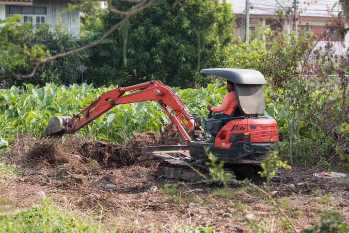 Bei Baggerarbeiten auf einem Grundstück wurden menschliche Knochen gefunden. (Symbolbild)