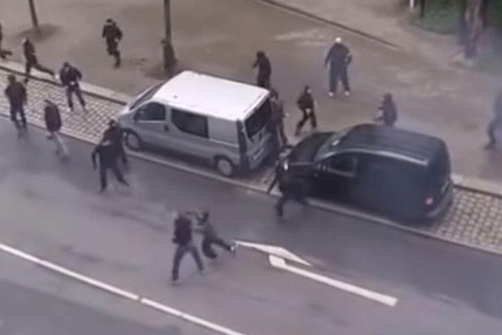 Ein Video zeigt, wie Tarik J. (r.) einen Rostocker von hinten niederschlägt.